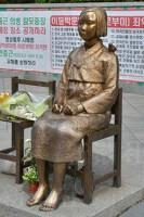 ソウルの日本大使館前にある慰安婦像
