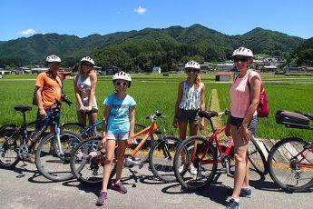 サイクリングを楽しむ外国人(提供:SATOYAMA EXPERIENCE)