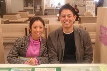婚姻届を提出する片岡安祐美さんと小林公太さん