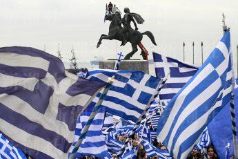 大王像の前で気勢を上げるギリシャ北部の市民