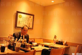 「大戸屋」で食事する黒田さん(撮影・末松友幸)