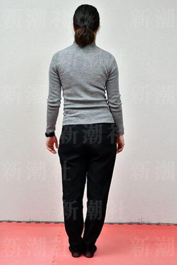 左腕とウエストの間に隙間がある一方、右腕は腰に付いている(1)