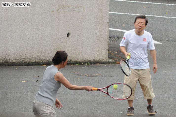 テニスに興じる2人の姿