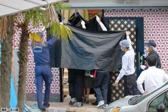 遺体が安置された自宅に大勢の捜査員が…(撮影・吉川譲)