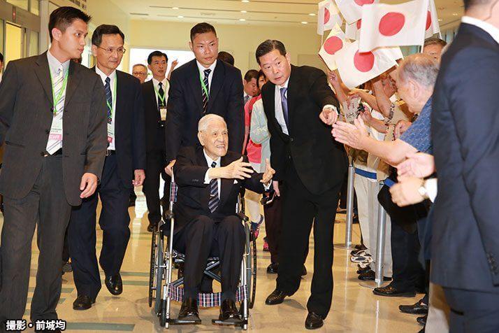 95歳の元総統とHINOMARU(撮影・前城均)