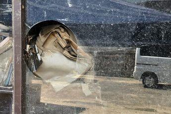 倉庫の窓ガラスが丸く切り取られている