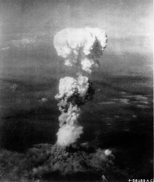 広島に投下された原爆のキノコ雲