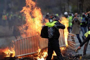 暴徒化抗議デモ「黄色いベスト運動」でマクロン政権「危機直面」