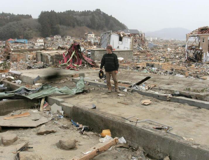 震災後、店の跡地で立ちすくんだ冨田さん(筆者撮影)